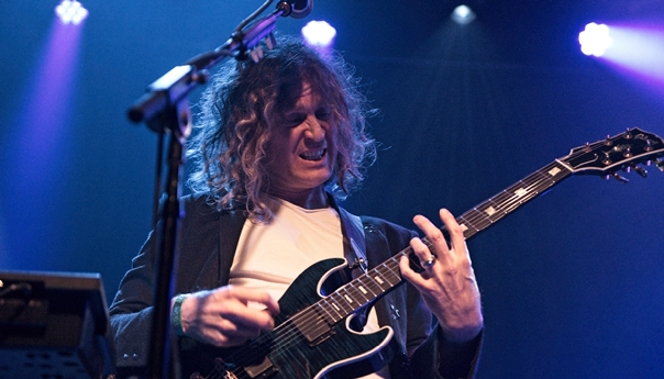 REVIEW: Dave Keuning 'Restless' for the '80s at Independent gig